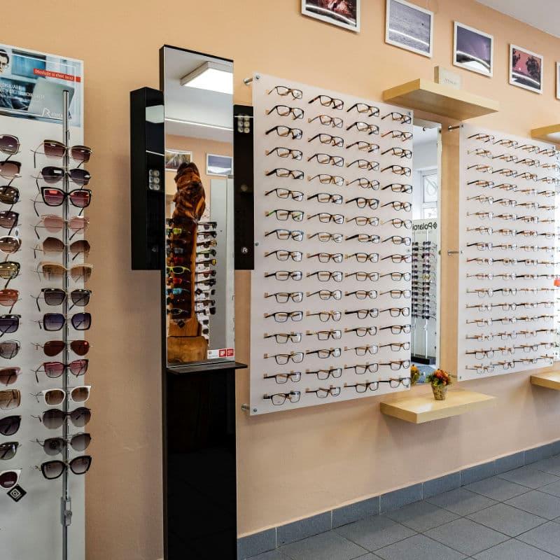 Vystavené okuliare na stojane