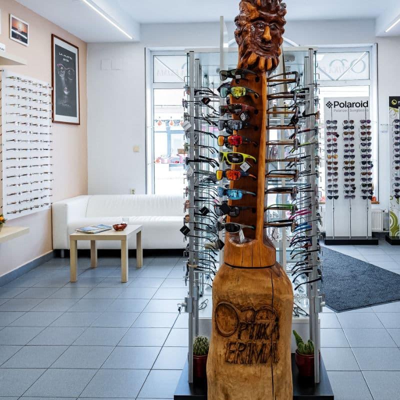 Štýlový drevený stojan na okuliare, vitrína s okuliarmi