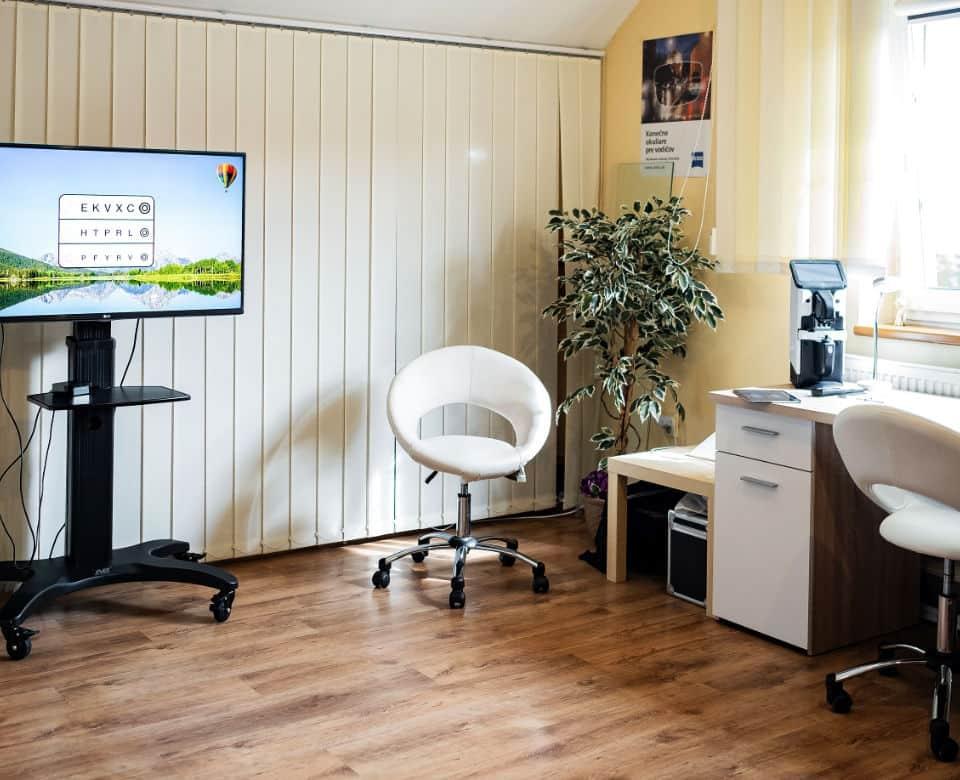 Miestnosť plná nábytku a TV
