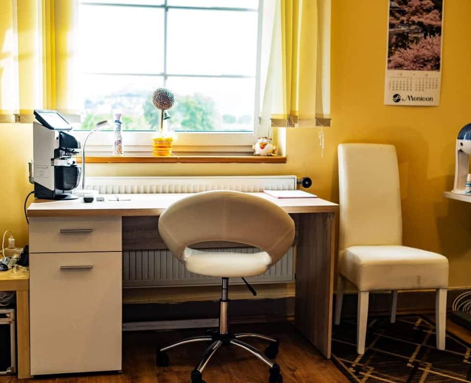 Stôl s počítačom a stoličkou v miestnosti