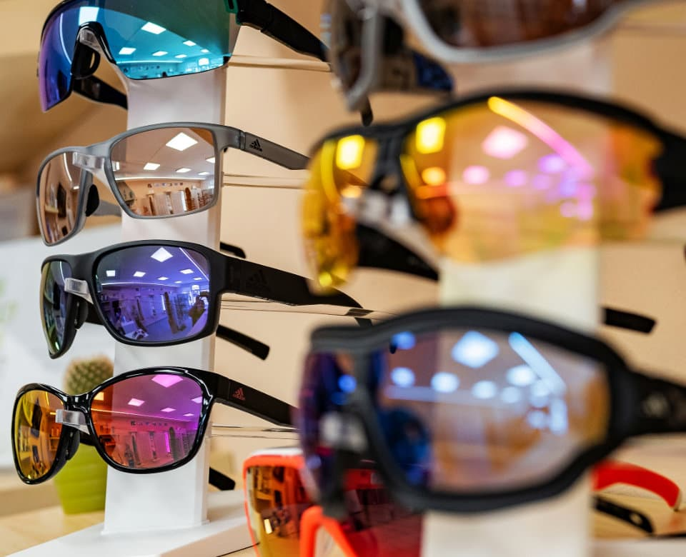 Okuliare s rôznofarebnými sklíčkami a čiernymi, šedými obrúčkami