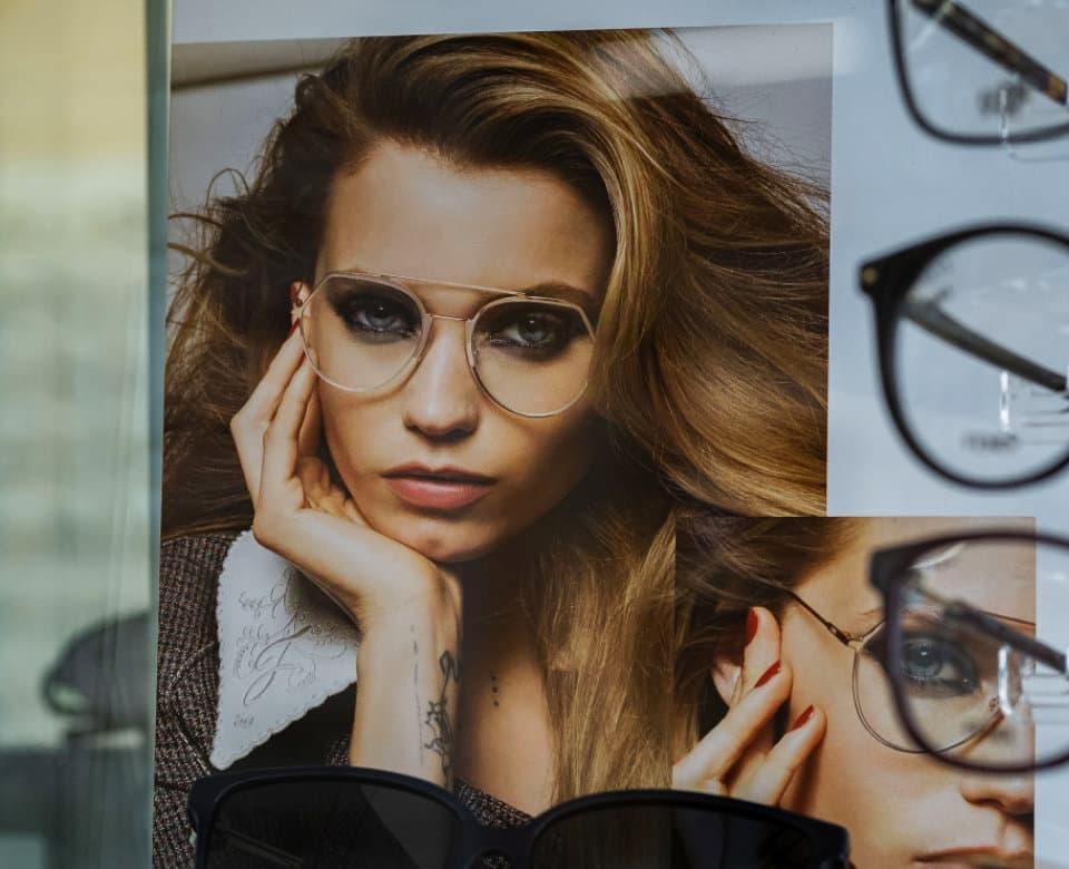 Plagát Fendi za vitrínou s okuliarmi