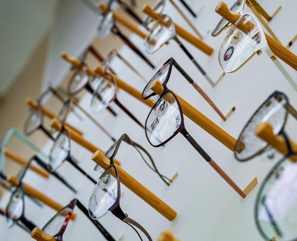Vyfocený záběr stojanu s brýlemi