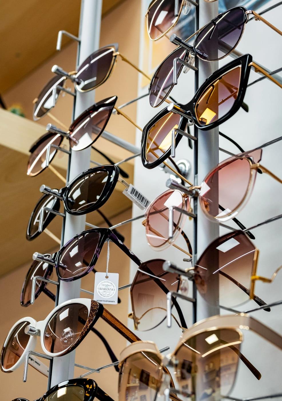 Prezentácia okuliarov, ktoré sú vystavené na stojane