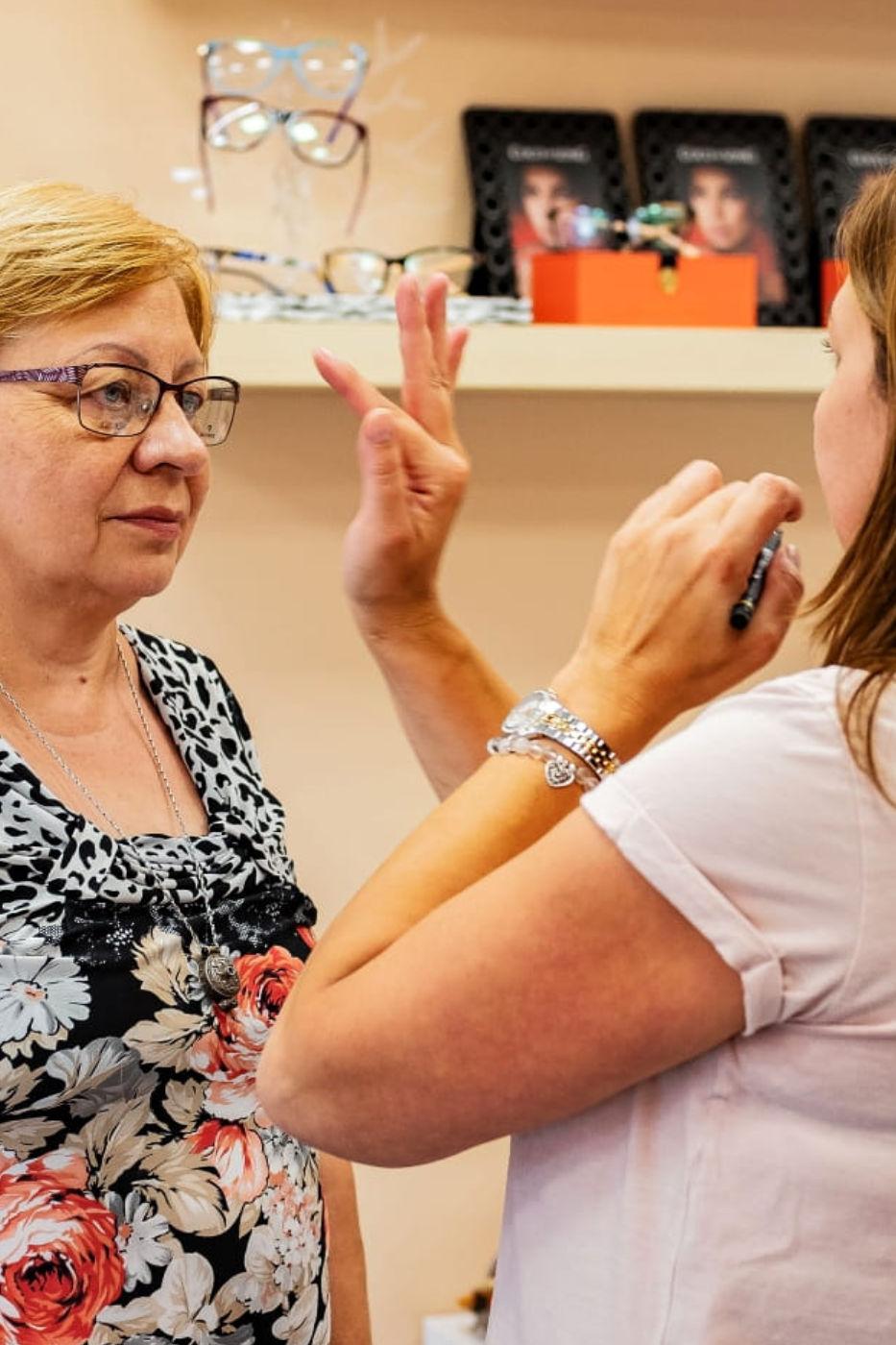 Klientka skúša pred zrkadlom nové okuliare